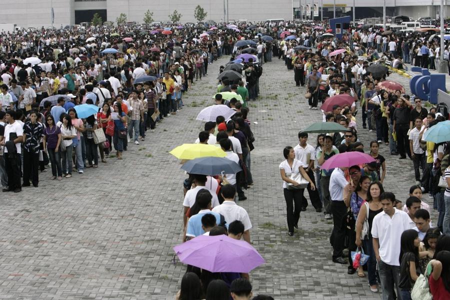 Однако не всегда толпы людей устремляются в торговые комплексы исключительно за покупками. Когда на