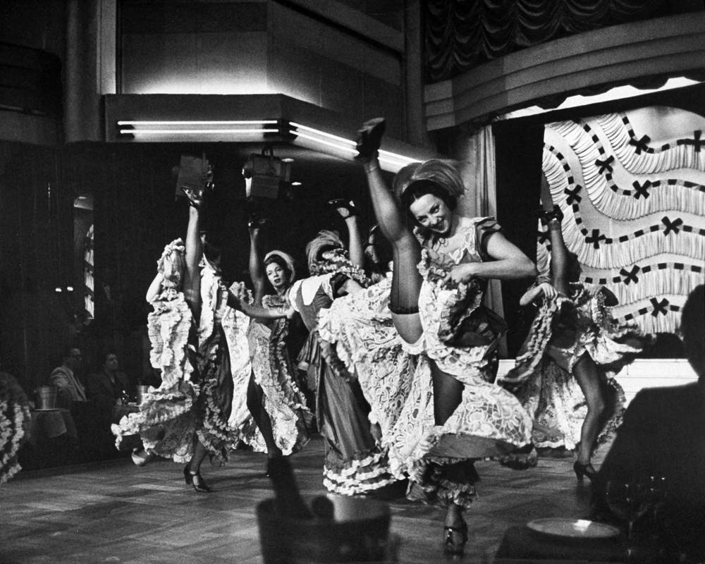 13. Танцовщицы канкана высоко задирают ноги в чулках во время выступления в Париже. 1952 год. (Nat F