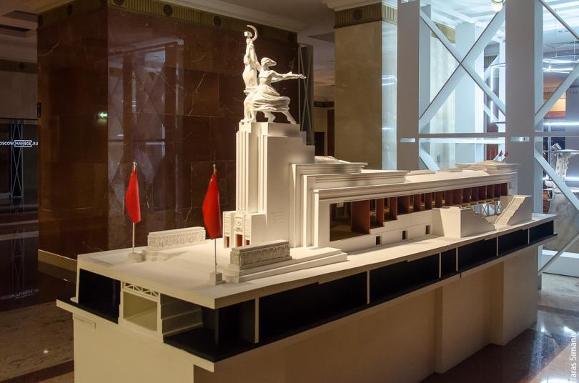 Именно Иофану принадлежала идея синтеза архитектуры и скульптуры, известной сейчас как Рабочий и Кол