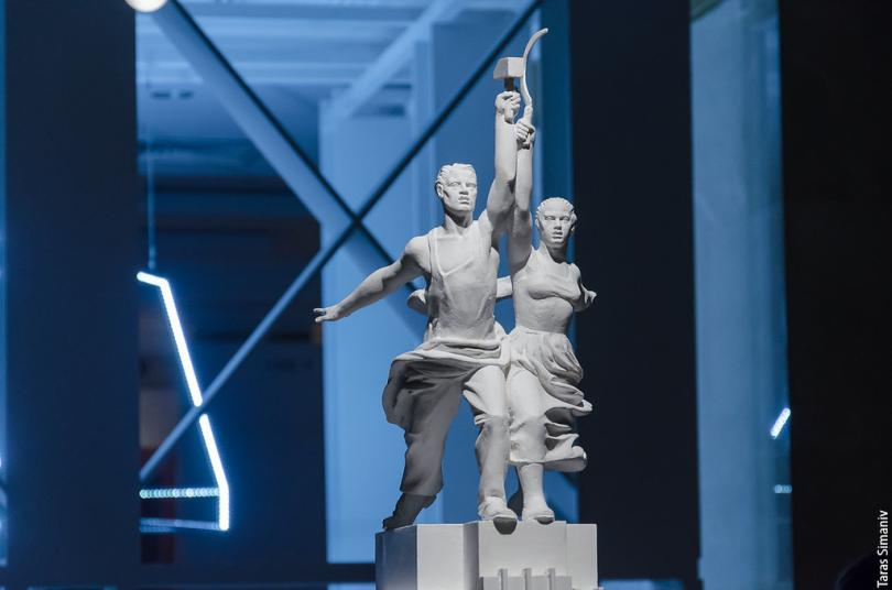 На скульптуру тоже был объявлен дополнительный конкурс. Победила работа Веры Мухиной, где юноша и де