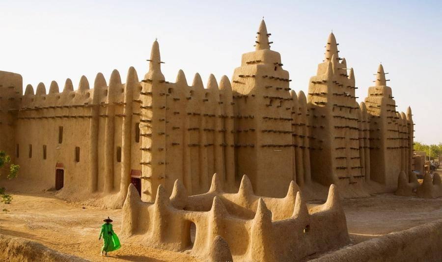 2. Столетняя Дженненская мечеть — самое большое глинисто-наносное здание в мире. В составе объ