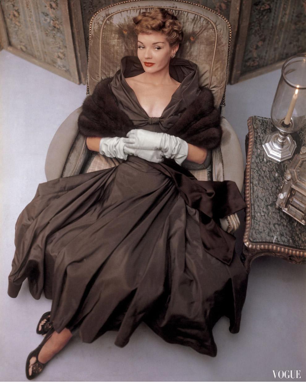24. Бетти Бриджес в костюме от Истер Дороти и перчатках от Эрис, 1948 год.