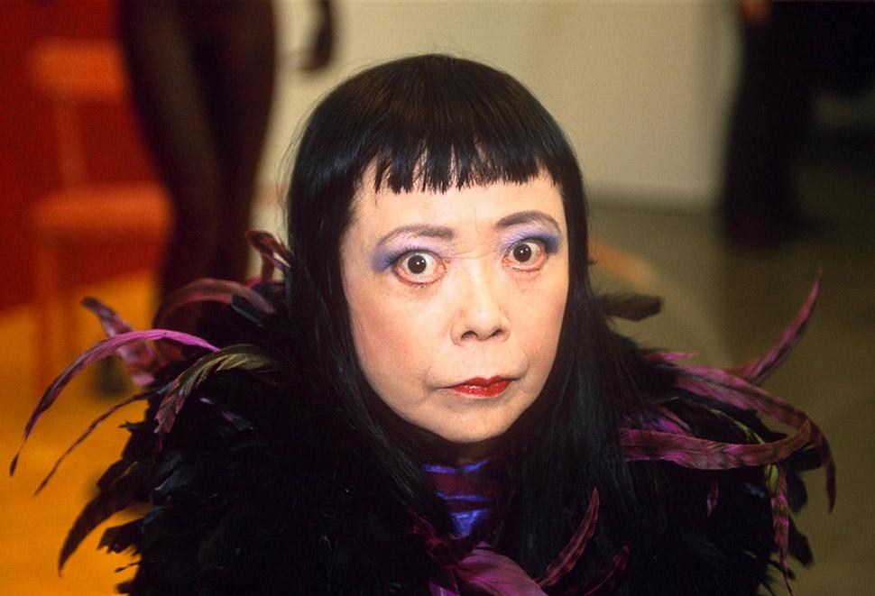 Яёи Кусама на выставке своих работ в Лондоне в 1985 году. Фото: NILS JORGENSEN/REX/Shutterstock С де
