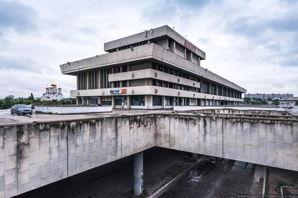 16. Через дорогу был реализован торговый центр «Русь на Волге», претерпевший реконструкцию и по