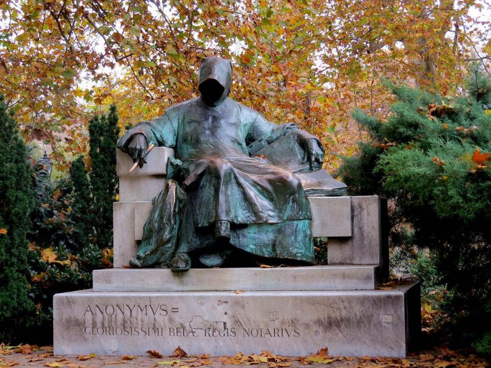 Памятник Анонимусу находится встоличном парке «Варошлигет». Это самый таинственный памятник вВенгр