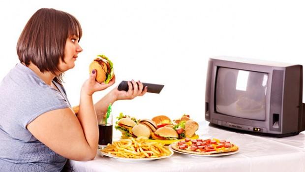 Учёные поведали, почему вредно есть перед телевизором
