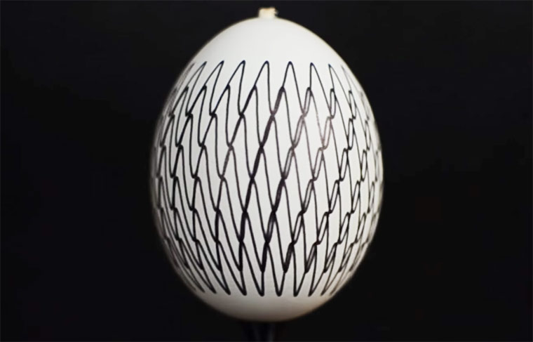 Eggstatic – Painting mesmerizing animations on Easter eggs (8 pics)