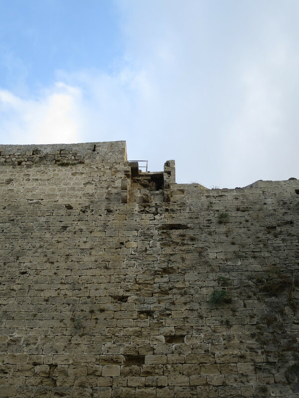Фрагмент выступающей северной стены с кронштейнами и бойницами