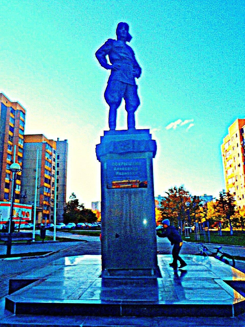 Памятник Александру Покрышкину.jpg
