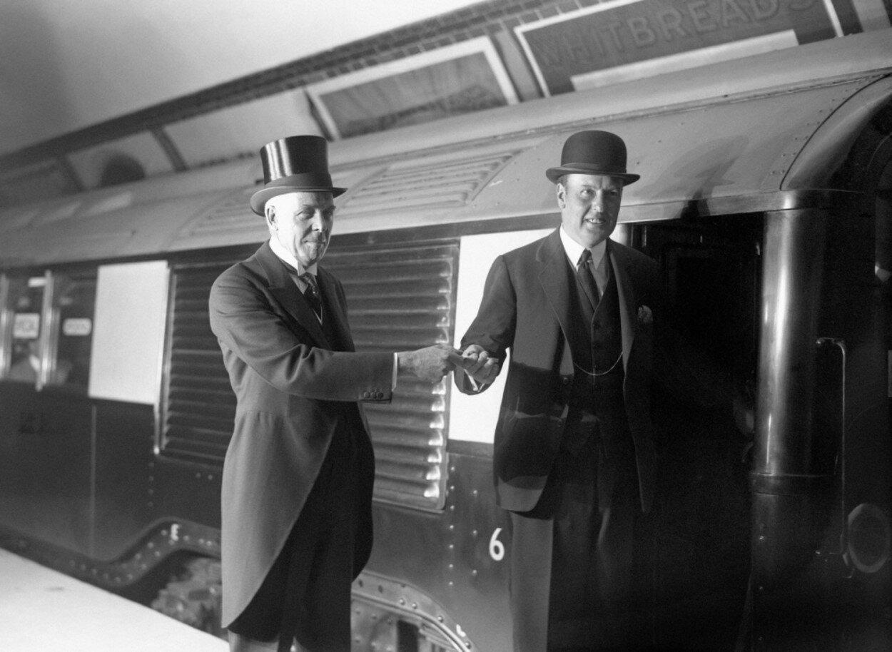 1926. Лорд Эшфилд вручает серебряный ключ полковнику Джону Мур-Брабазону во время открытия Северной линии.13 сентября