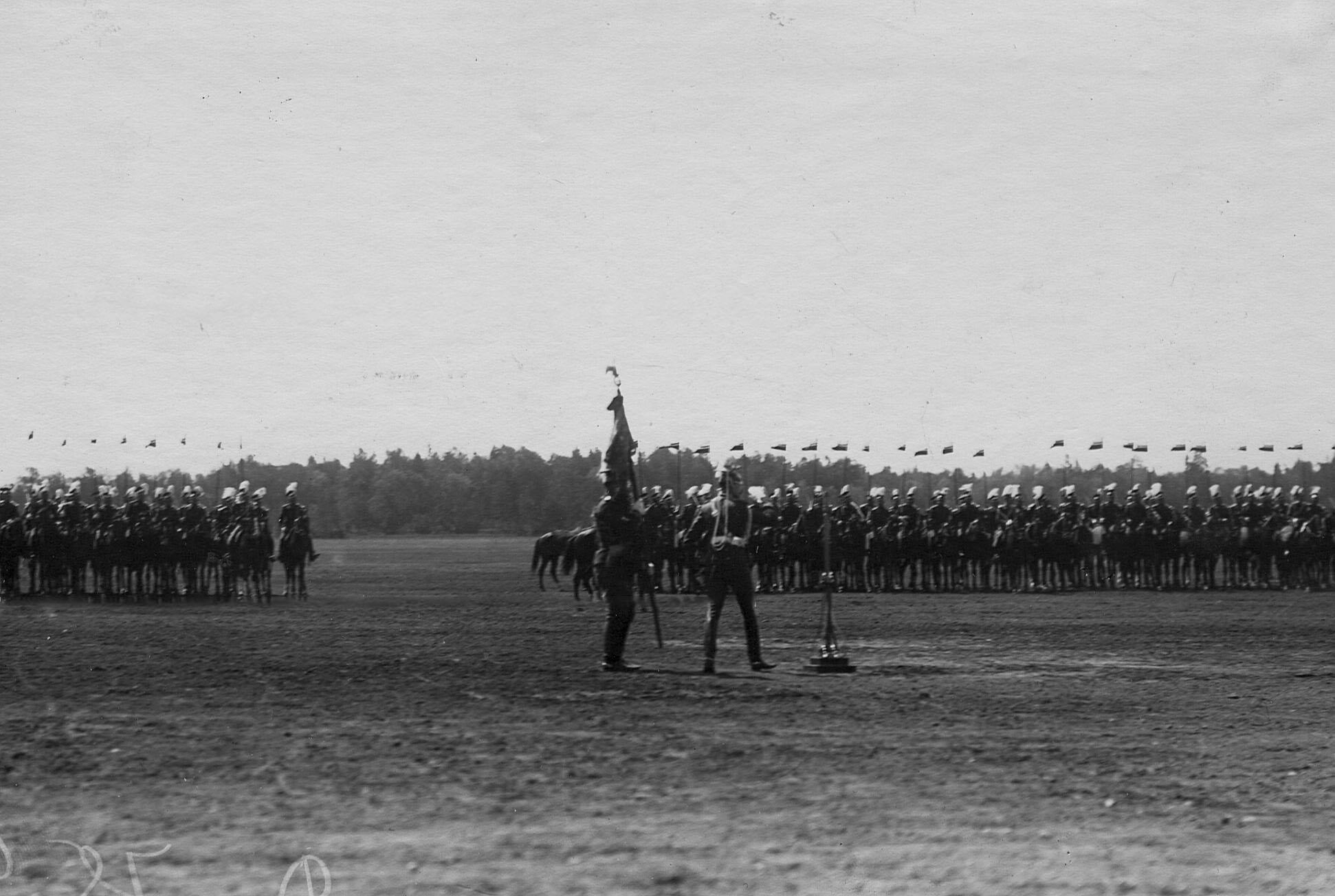 Вынос полкового штандарта на параде Уланского Её Величества лейб-гвардии полка