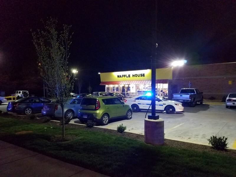 Голый мужчина застрелил троих человек в кафе в США