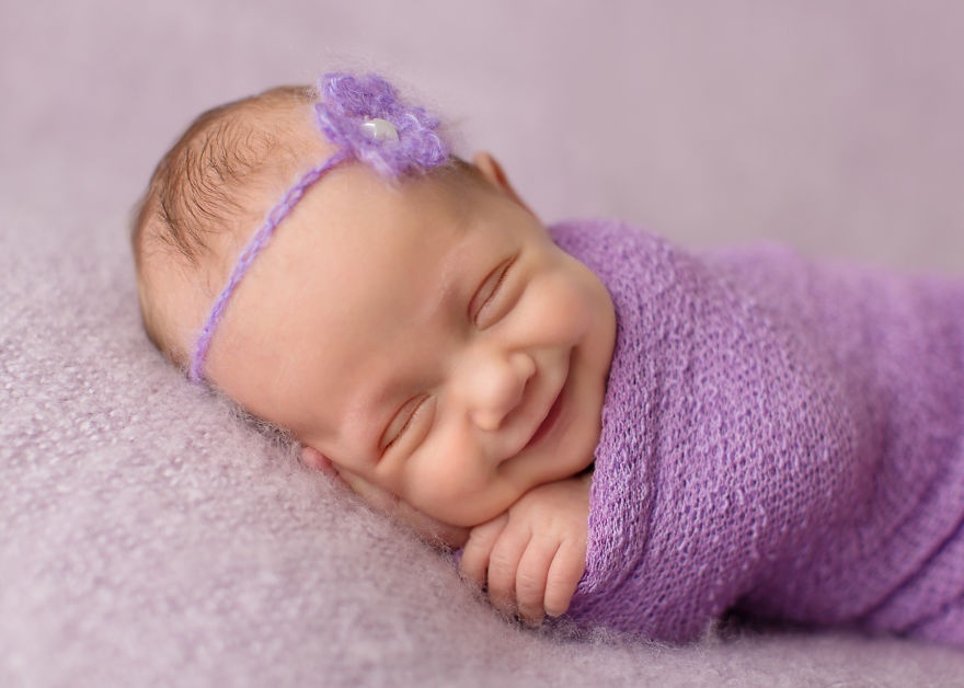 Фотограф, который ловит улыбки спящих младенцев (15 фото)