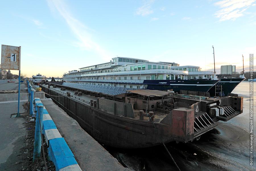 9 марта 2014 года. Северный речной порт Москвы. На минус первом причале стоят: баржа №2601, теплоход «Тихий Дон» и теплоход «Россия» (третьим бортом)