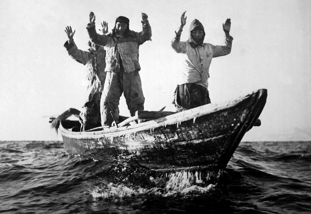 Трое рыбаков-северокорейцев захвачены в плен американскими моряками на легком крейсере Manchester, май 1951 года. (U.S. Department of DefenseU.S. Navy).jpg