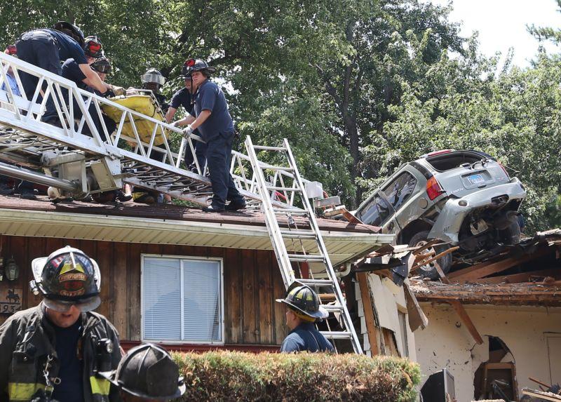 Внедорожник приземлился на крышу дома