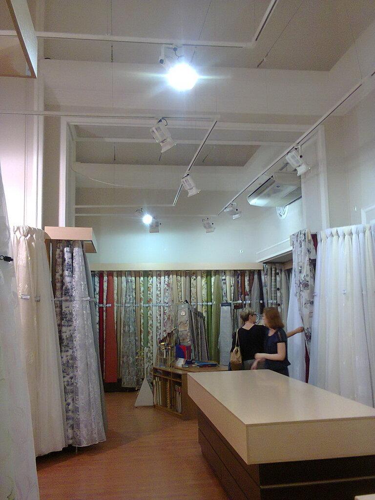 Коммерческое освещение отдела тканей. Универмаг«Большой Гостиный Двор» (Центральный район Санкт-Петербурга), июнь 2014 года.