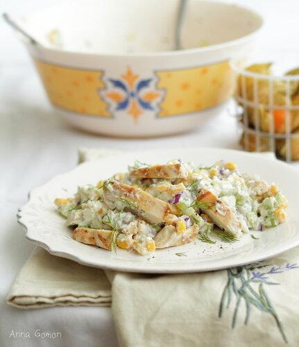 Салат с курицей, сельдереем и фетой.