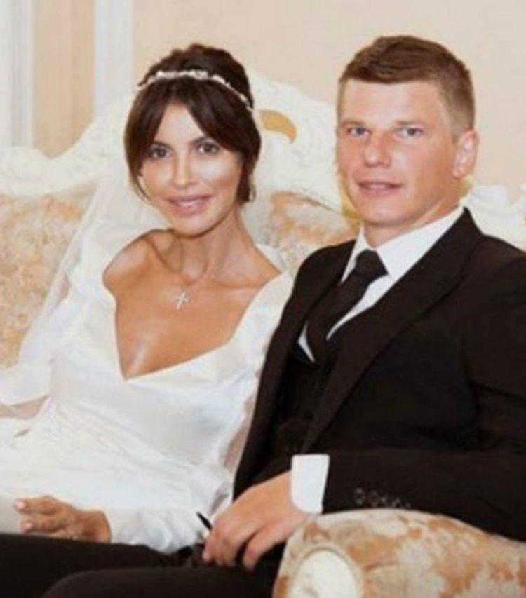 Юлия прожила с футболистом Андреем Аршавиным 9 лет, посвятив себя семье. В начале отношений ради люб