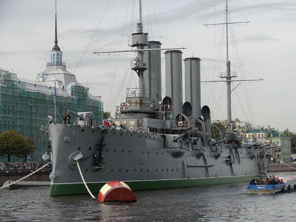 А подлинный крейсер революции уже три десятилетия гниет в Лужской губе Финского залива. Местные жите