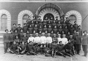 Группа казаков и офицеров 4-ой Приамурской сотни полка .