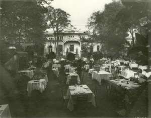 Столики в саду ресторана .