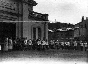 Император Николай II с группой великих князей, генералов и офицеров  полка  у здания Конногвардейского манежа  в день полкового праздника.