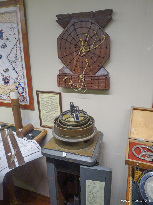 После каюты капитана нам показали радиорубку.