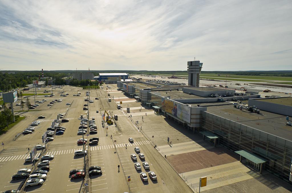 Аэровокзальная площадь в аэропорту Кольцово. Вид с крыши отеля Анжело.