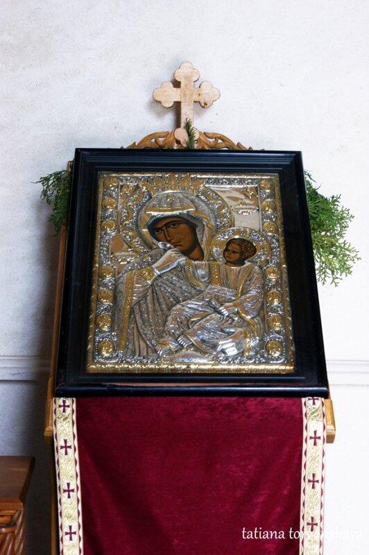 Икона возле входа в храм