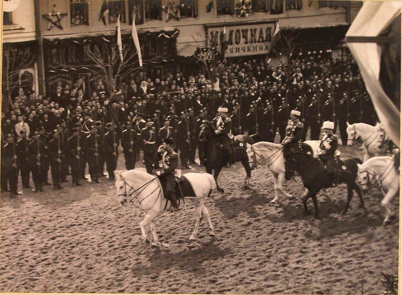 Император Николай II со свитой на Тверской улице в  день торжественного въезда в Москву их императорских величеств