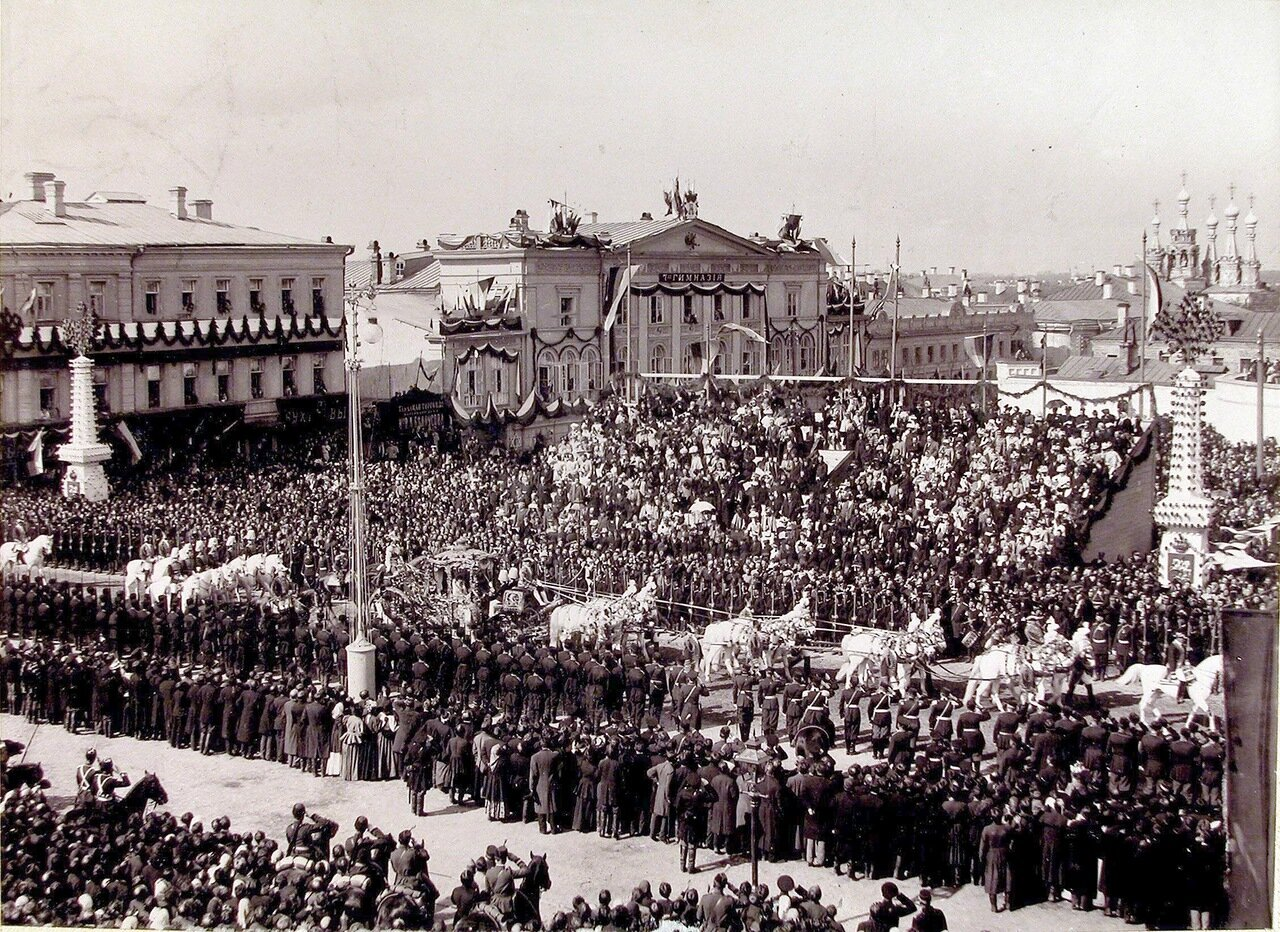 Коронационная карета вдовствующей императрицы Марии Фёдоровны проезжает мимо трибуны со зрителями на Страстной площади в день торжественного въезда в Москву их императорских величеств