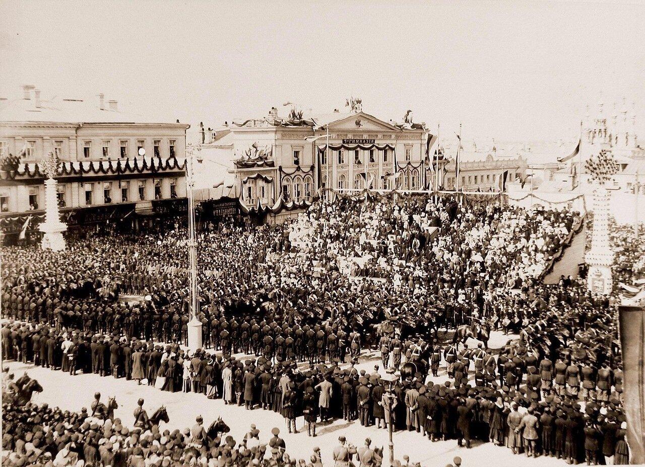 Собственный его императорского величества Конвой проходит по Страстной площади в день торжественного въезда императора Николая II и императрицы Александры Федоровны в Москву