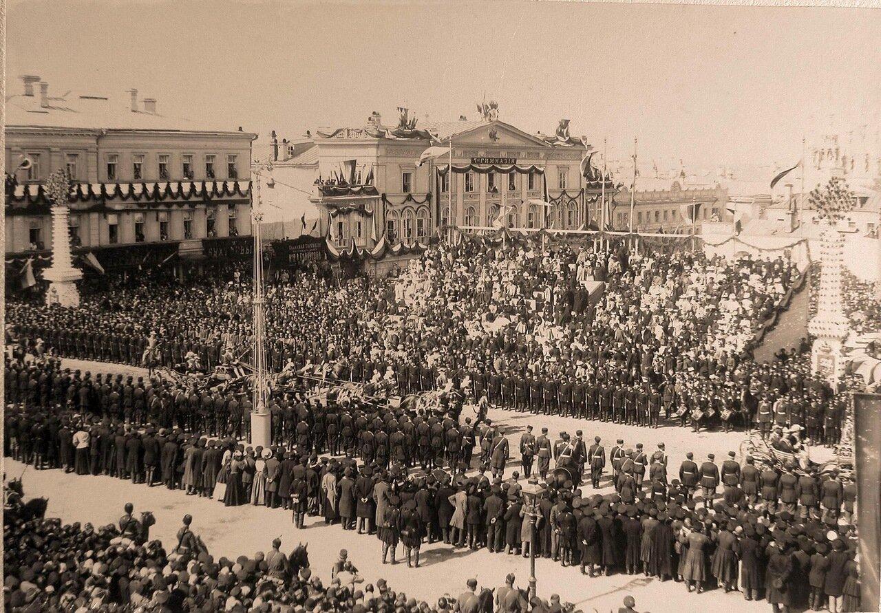 Фаэтон с коронационными обер-церемониймейстерами у трибуны на Страстной площади  в день торжественного въезда императора Николая II и императрицы Александры Федоровны в Москву