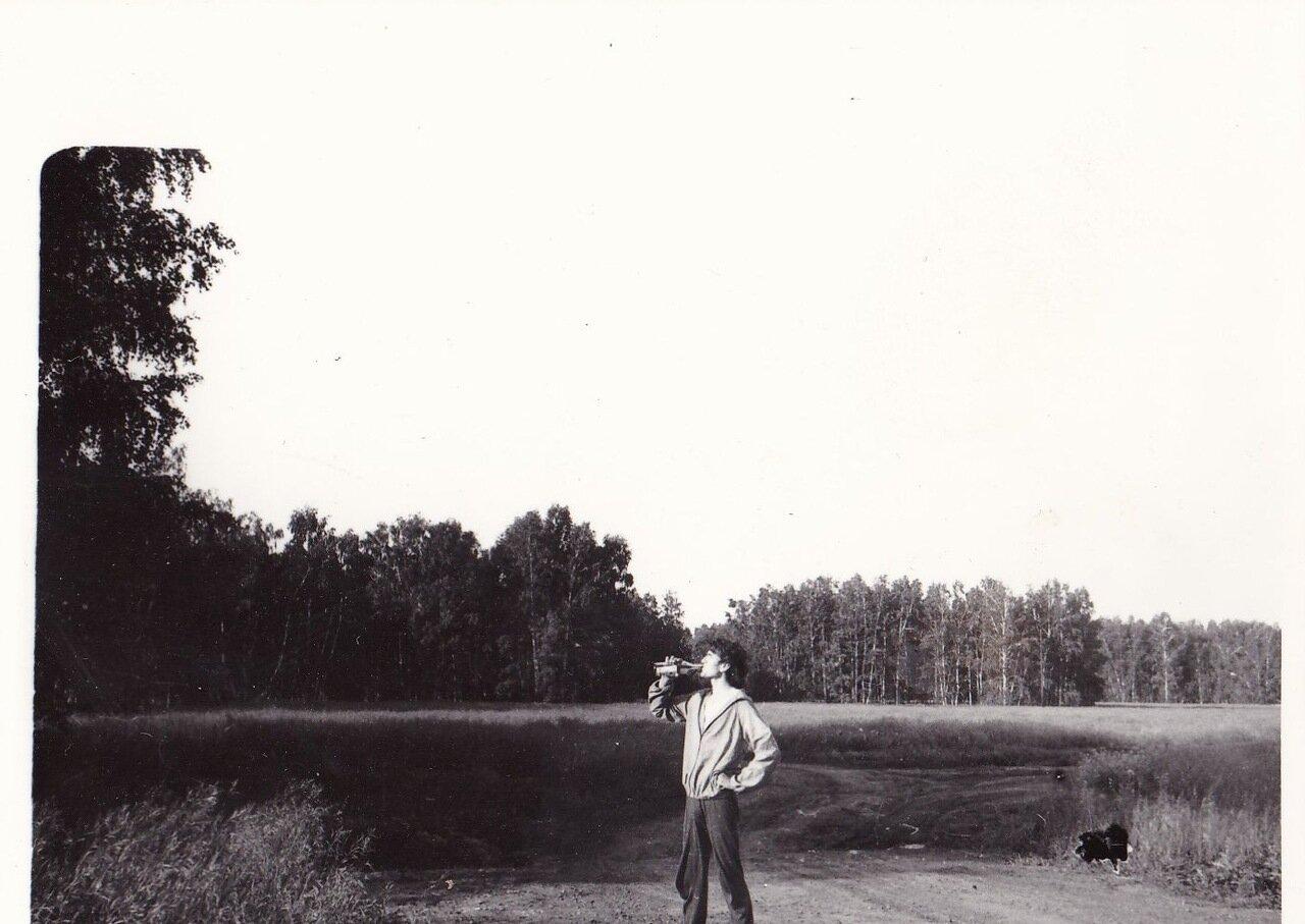 1992. Боровое. Валера Рожков демонстрирует утреннее упражнение «Отзовитесь, горнисты»