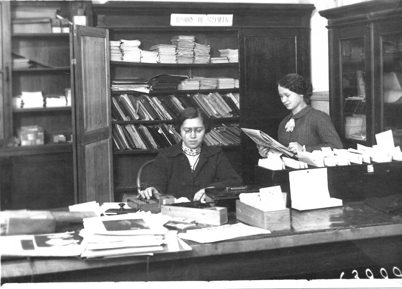 В канцелярии женского медицинского института