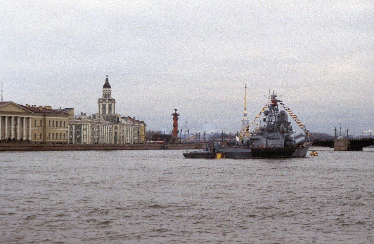 Корвет III класса на Неве. Ростральная колонна и Петропавловская крепость на заднем плане