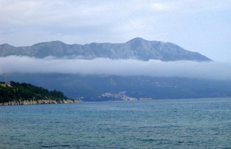 горы над Будванской ривьерой в облаках