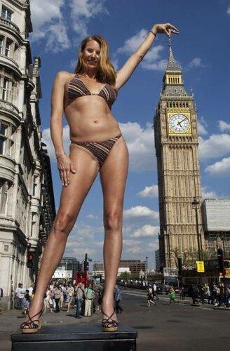 Londra - Amazon Eve, la modella più alta del mondo