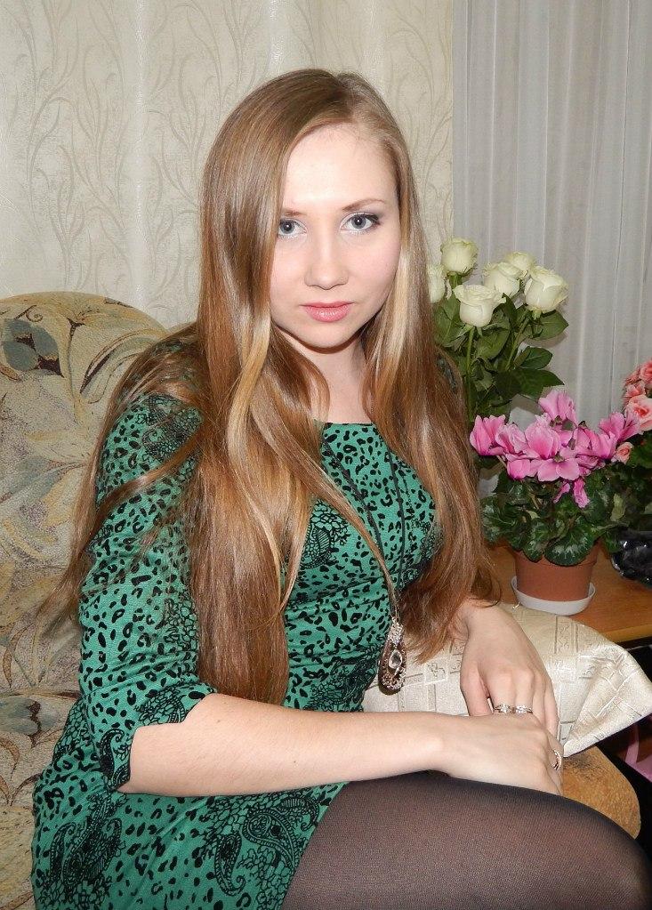Красотка в зеленом платье и колготках