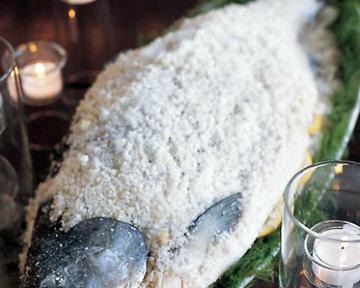 Рыбу положить по диагонали и равномерно покрыть солью