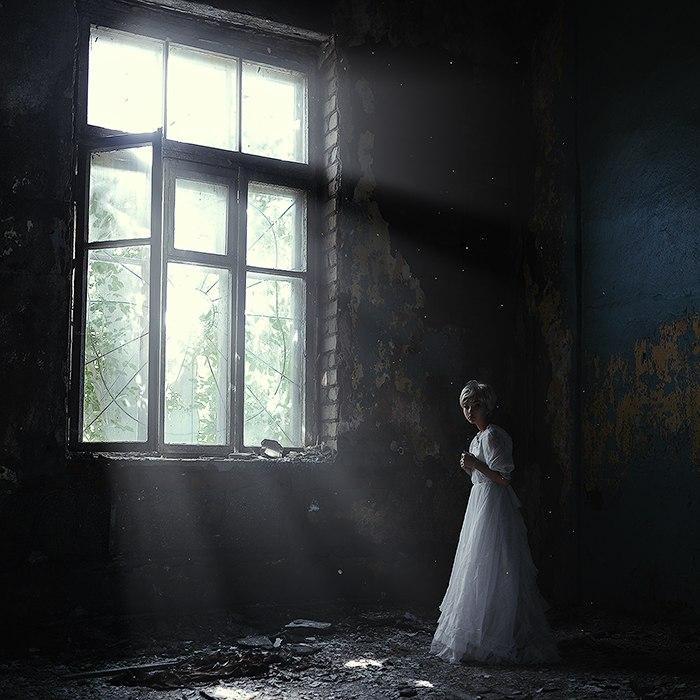 девушка у окна декаданс