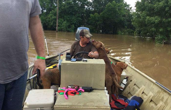 Хотя жителей Бразории, штат Техас, заранее предупредили о надвигающемся наводнении, многие семьи в с