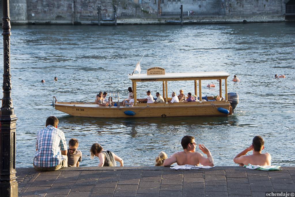 А мы, в свою очередь, во всю фантазировали о спешащих на работу по Москве-реке жителях столицы.