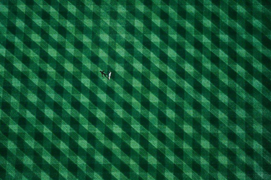 39. Одинокая фигурка на нью-йоркском стадионе.
