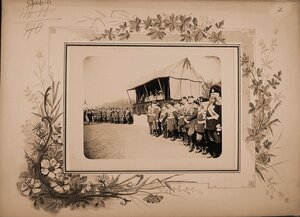 Императрица Александра Федоровна (в царской палатке, в центре), великие княгини, высшие офицерские чины наблюдают прохождение кавалерии во время смотра на Царицыном лугу..
