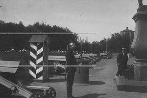 Солдат на карауле у памятника Павлу I  на площади Гатчинского дворца.