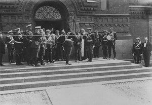 Командир полка генерал-майор  Я.Б. Преженцов прощается со старым штандартом   в день празднования 200-летнего юбилея.