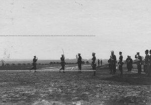 Церемониальный марш командира полка, салютующего шашкой, на полковом празднике измайловцев.