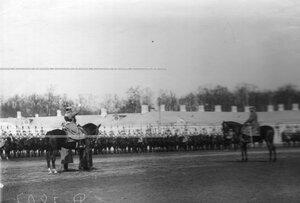 Командир полка свиты генерал Хан Нахичеванский провозглашает здравицу императору Николаю II.